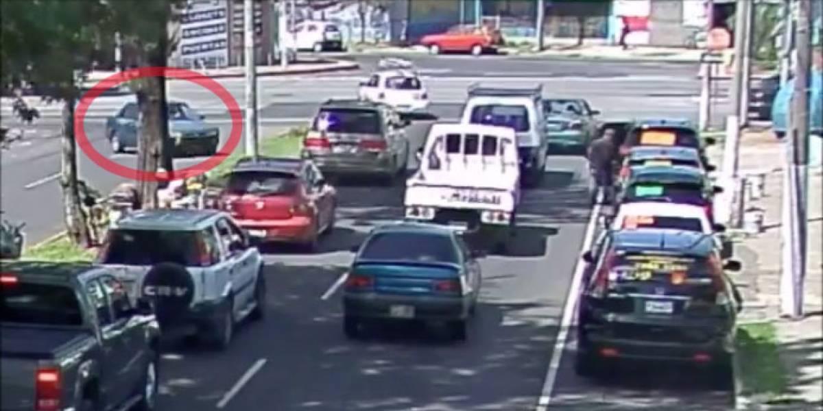 VIDEO. Vehículo choca contra poste tras virar en U