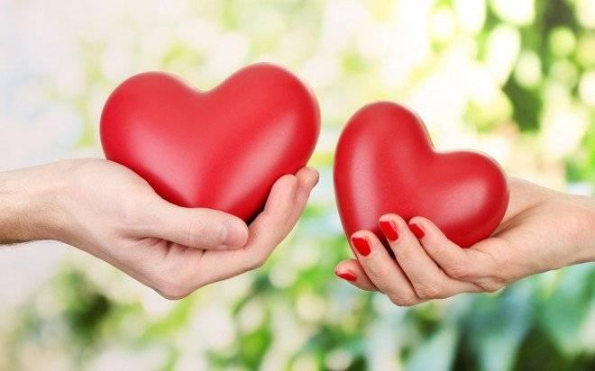couplehandholdingheart1680x1050660x650-1.jpg