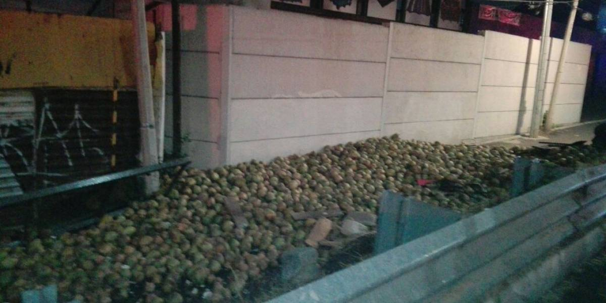 Vuelca camión con cocos en la México-Cuernavaca
