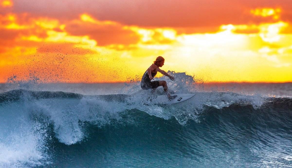 surferwavesunsettheindianocean390051.jpg