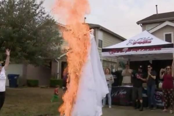 vestido de novia en llamas