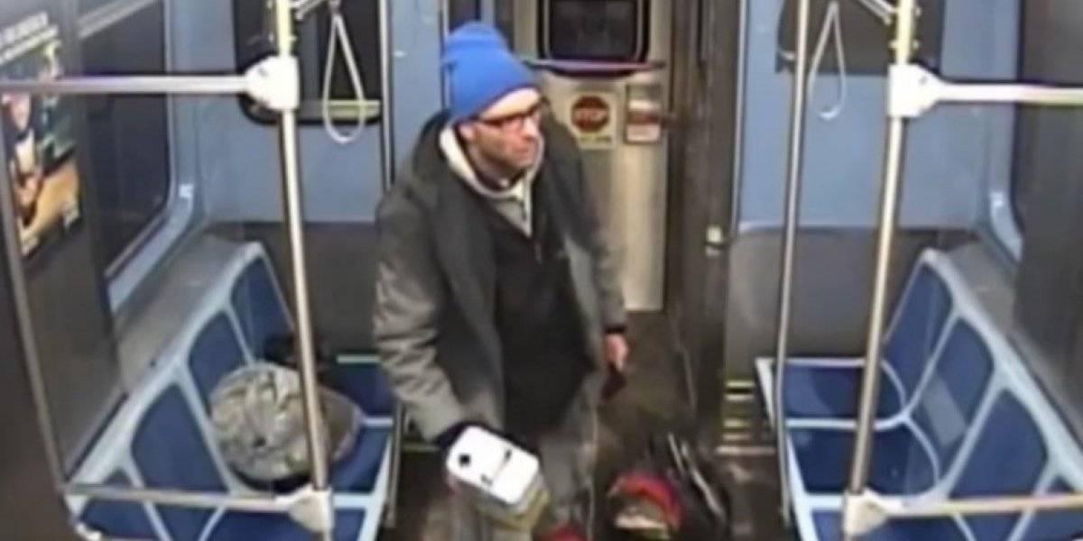 Un vagabundo se prende fuego en Metro de Chicago al ser detenido #VIDEO