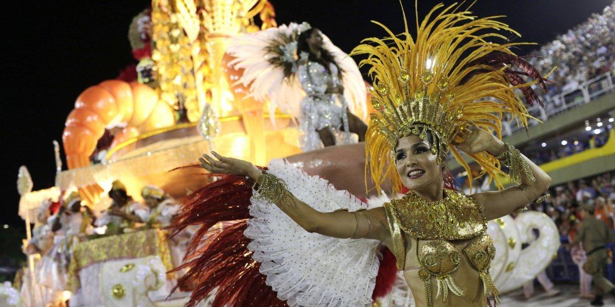 Brasileños ridiculizan a sus líderes en el Carnaval de Río