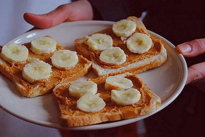 bananafoodpeanutbutterplatetoastfavim660x550.jpg