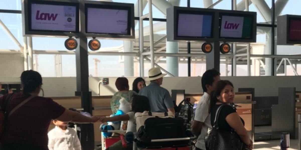 """Pasajeros los dejaron plantados: """"Baños dañados"""" justificaron retrasos en vuelos de Law"""