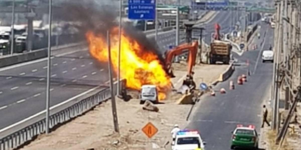 Retroexcavadora rompe una matriz de gas en Quilicura y provoca incendio en la Ruta 5