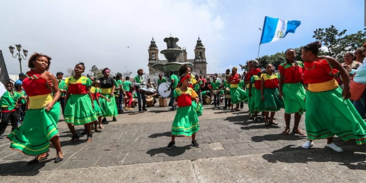 Celebran carnaval al ritmo garífuna en el Centro Histórico y en Paseo Cayalá