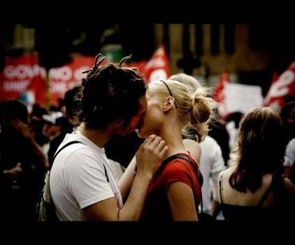 lovepicturekissyoungcoupleteointarifa422x350.jpg