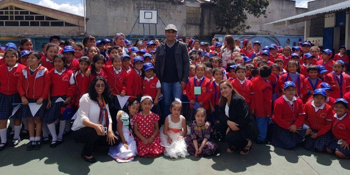 Jon Secada realizó una visita sorpresa a escuela y a fundación guatemalteca