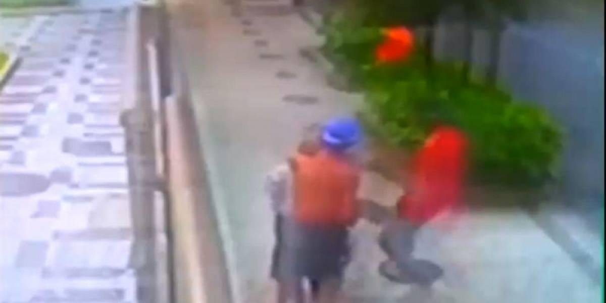 Vídeo mostra idosa levando 'mata-leão' durante assalto em Ipanema