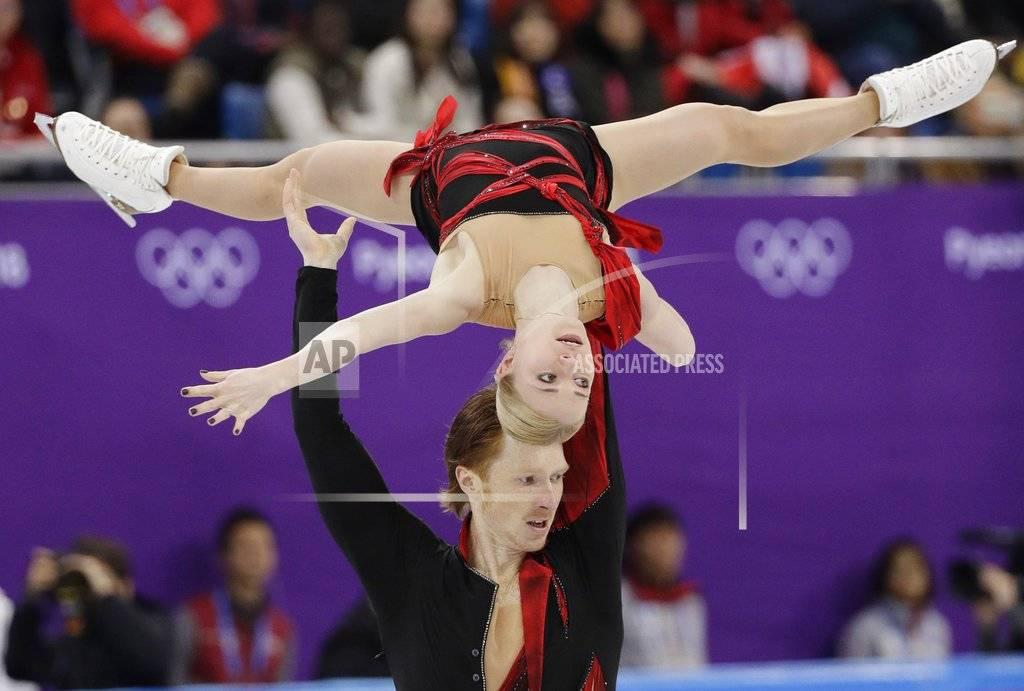 Evgenia Tarasova, y Vladimir Morozov, deportistas olímpicos de Rusia, realizan su rutina en el programa corto del patinaje artístico, el miércoles 14 de febrero de 2018 AP