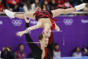 Evgenia Tarasova, y Vladimir Morozov, deportistas olímpicos de Rusia, realizan su rutina en el programa corto del patinaje artístico, el miércoles 14 de febrero de 2018