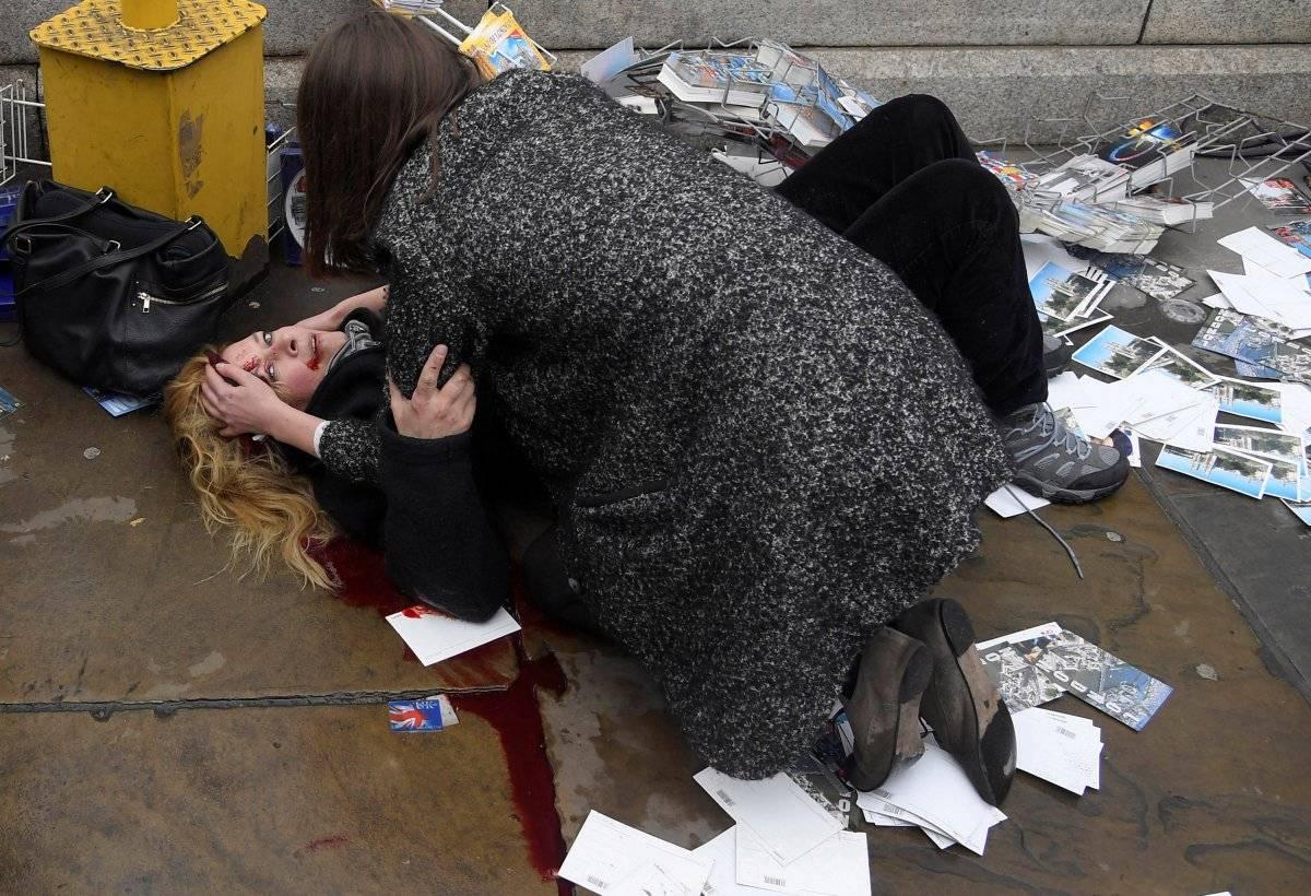 Categoria Foto do Ano: mulher ferida é confortada por pedestre após atropelamento terrorista na Ponte de Westminster, em Londres REUTERS/Toby Melville