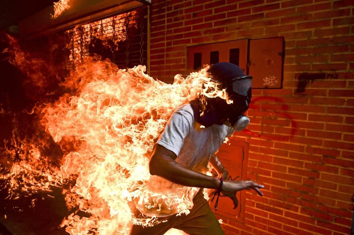 Categoria Foto do Ano: homem é incendiado durante protesto contra Nicolás Maduro, em Caracas, na Venezuela Ronaldo Schemidt, Agence France-Presse/World Press Photo handout via REUTERS