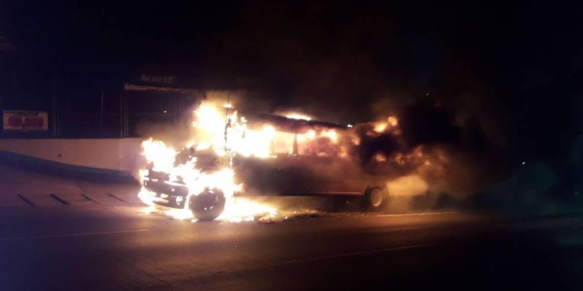 VIDEO. Autobús prende en llamas y pasajeros resultan con crisis nerviosa