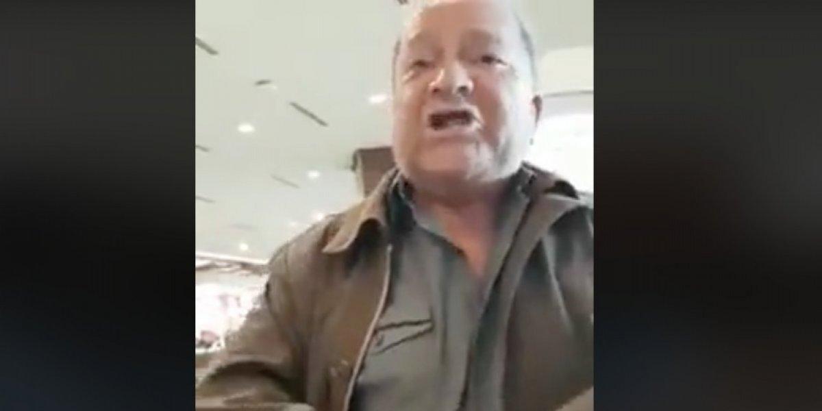 """""""Tetas de estropajo"""": mujer fue insultada por amamantar en un mall, pero se encargó de funar a su agresor"""