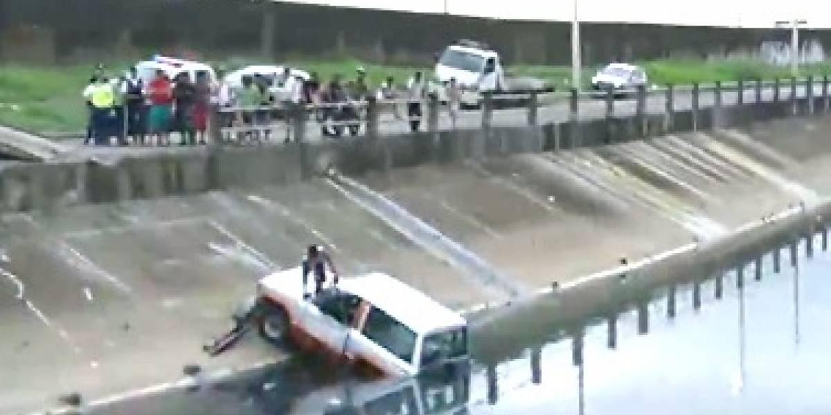 Vehículo cayó a zanja de la Francisco de Orellana