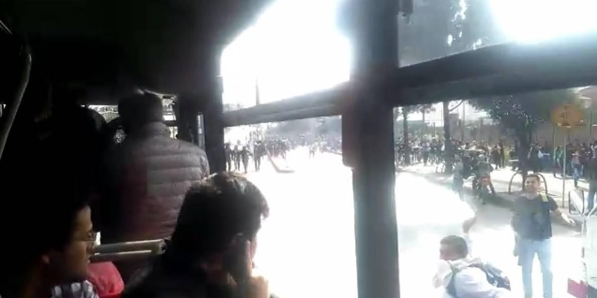 Encapuchado lanza gas lacrimógeno a bus de TransMilenio con pasajeros