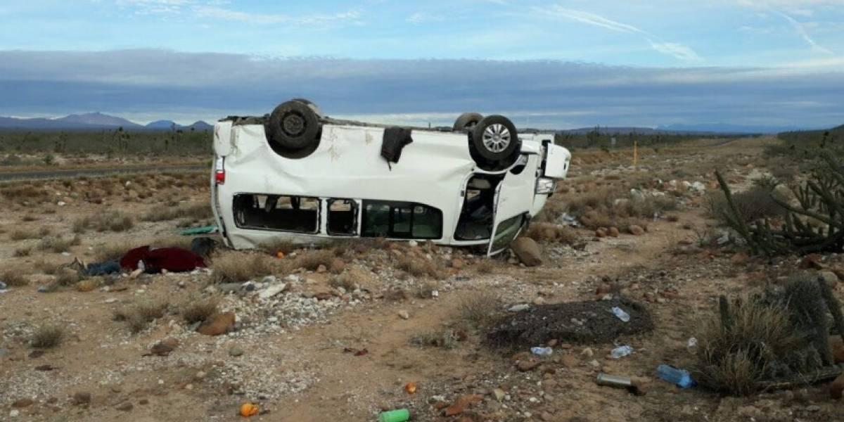 Camioneta de 'Marichuy' vuelca en carretera de BCS; hay un muerto