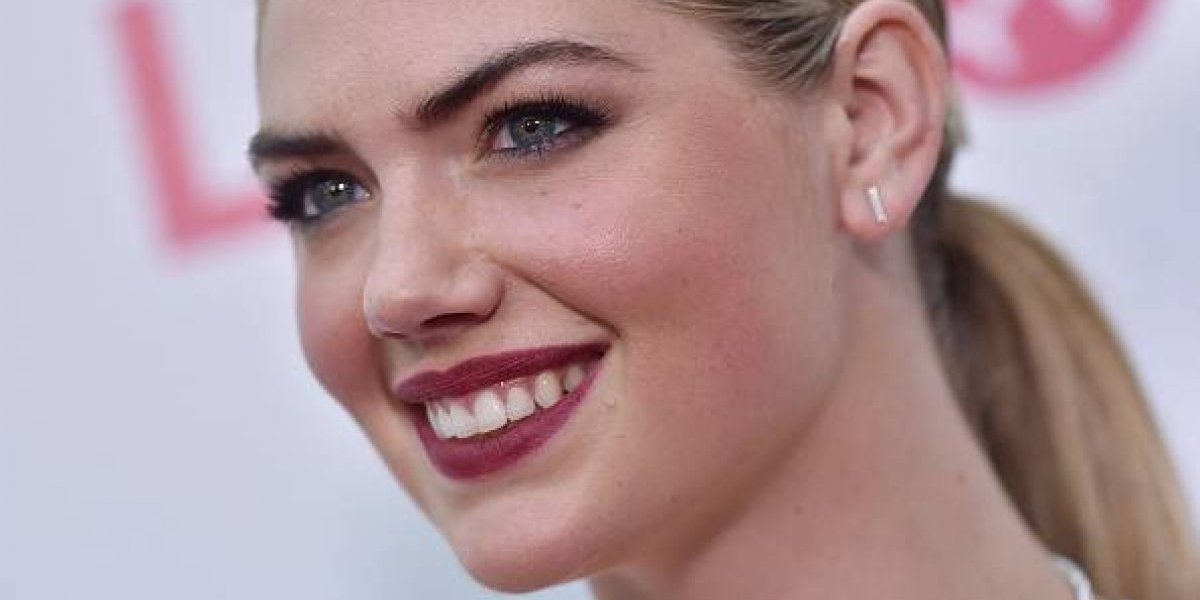 VIDEO. Kate Upton sufre una aparatosa caída al posar en un sexy bikini para Sport Illustrated