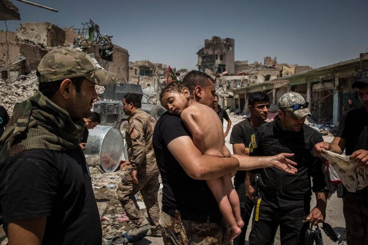 Categoria Foto do Ano: menino é carregado para fora de área de controle do Estado Islâmico, no Iraque Ivor Prickett for The New York Times