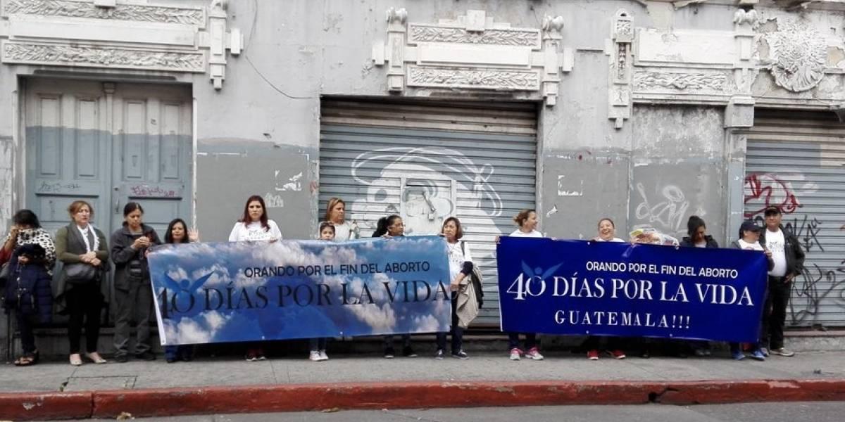 Oran y ayunan frente al Congreso para ponerle fin al aborto