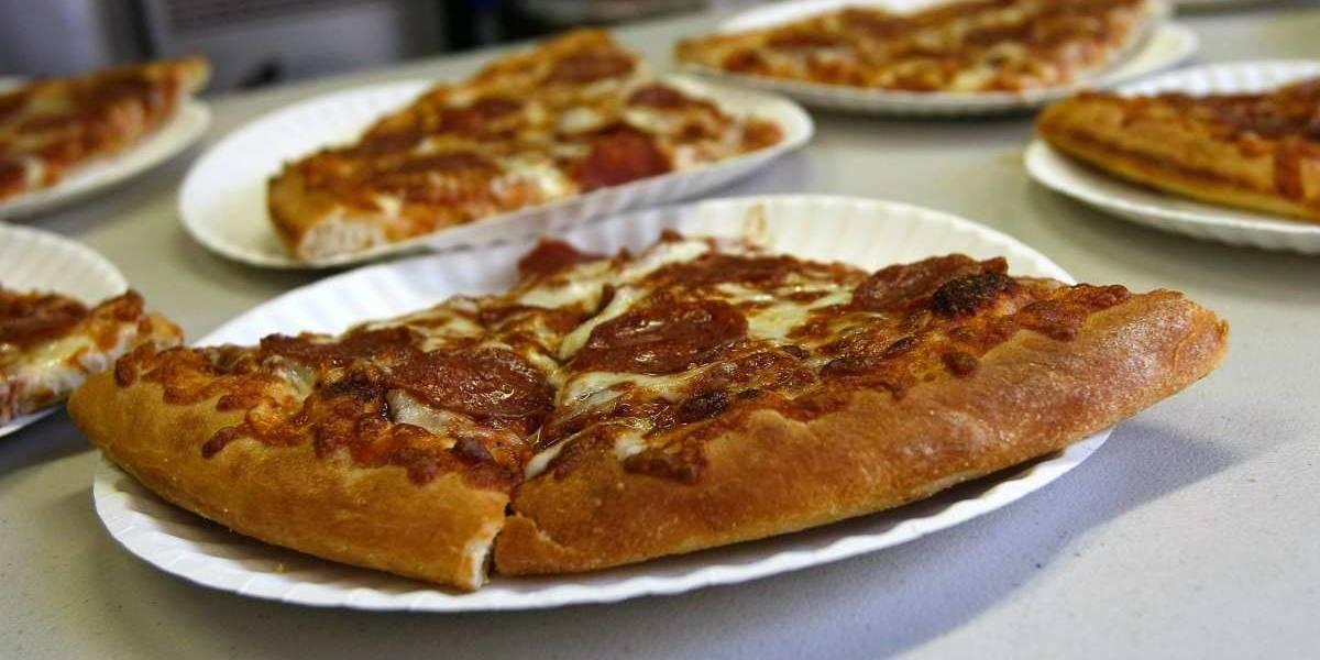 """El nuevo giro de pizzería: pavimentar calles y reparar """"eventos"""""""