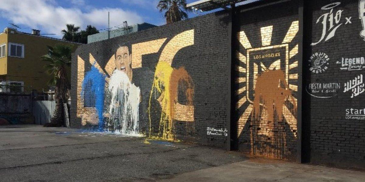 Vandalizan en Los Ángeles mural de bienvenida a Carlos Vela