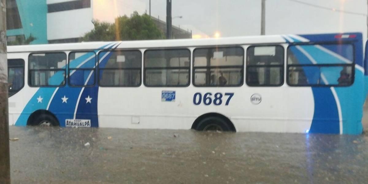 Calles inundadas tras lluvia en Guayaquil