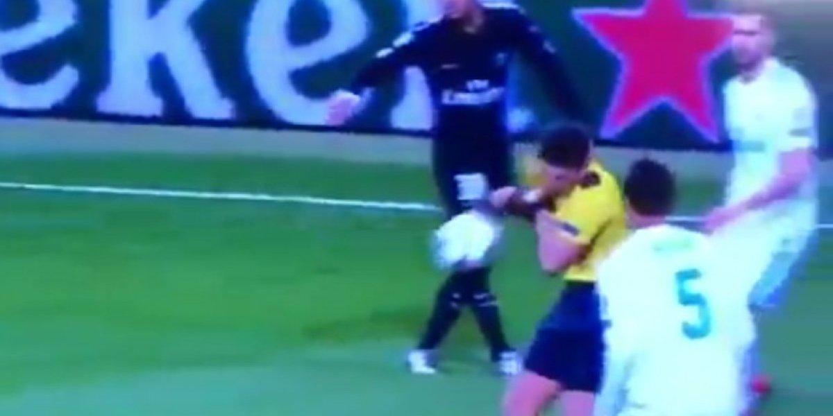 Neymar da tremendo balonazo a árbitro