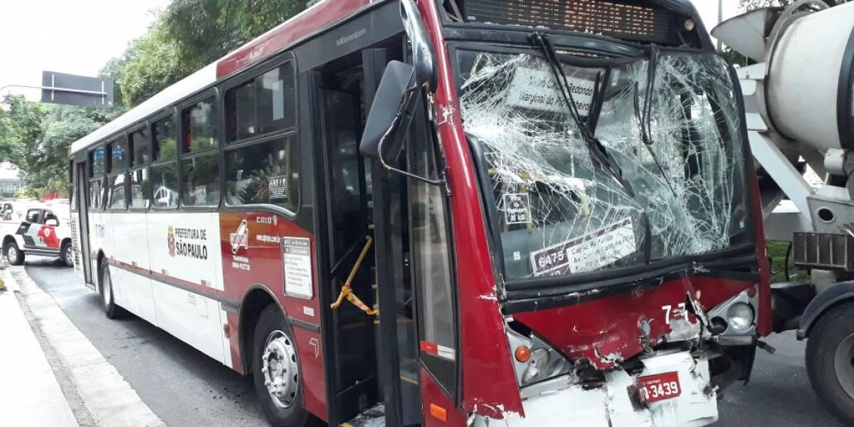 Acidente com dois ônibus na marginal Pinheiros deixa 17 feridos