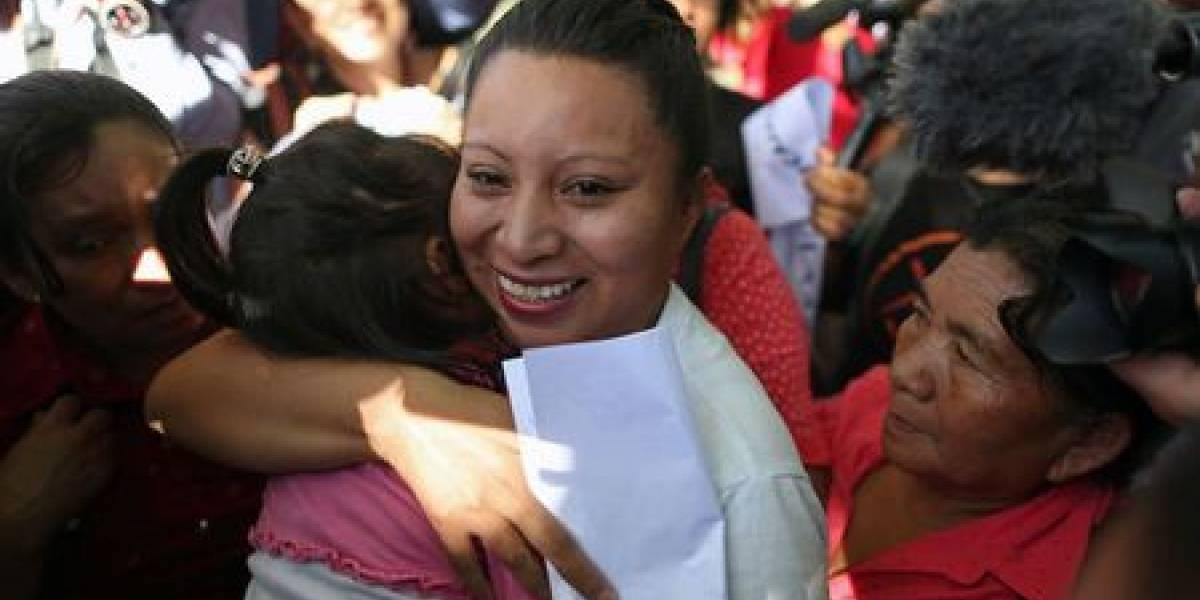 """Salvadoreña liberada de condena a 30 años por aborto dice que seguirá """"luchando"""""""
