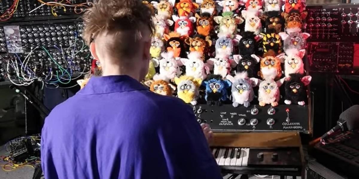 Se volvió loco: músico creó un tétrico órgano hecho con 44 Furbys