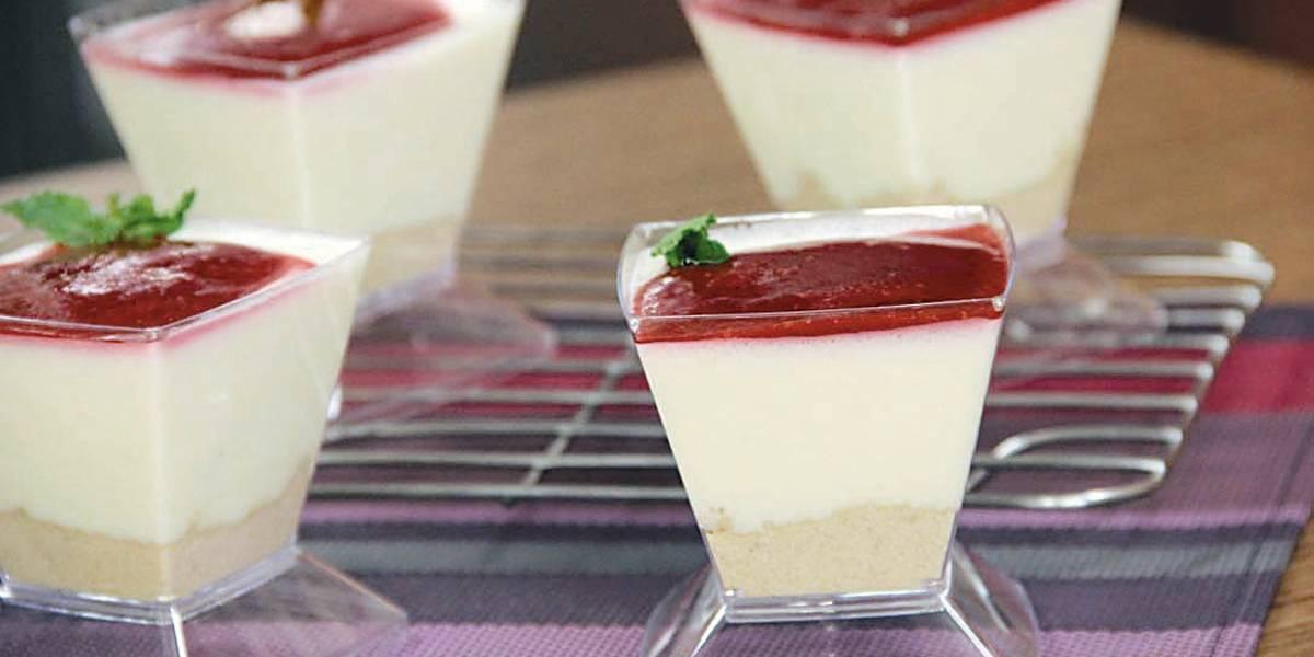 Cheesecake de colher com coulis de framboesa