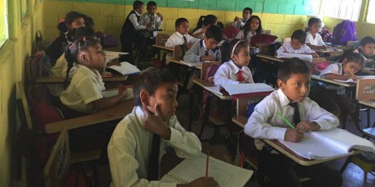 Donarán más de mil escritorios a 25 escuelas de Guatemala
