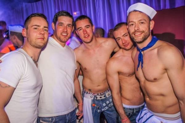 Ir solo bar gay