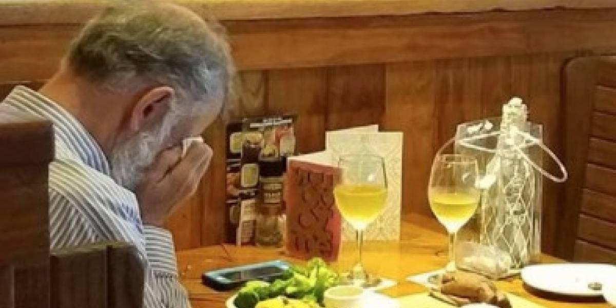 La foto más desgarradora de San Valentín: se sentó en un restaurante acompañado por las cenizas de su esposa y hasta le pidió una copa de vino