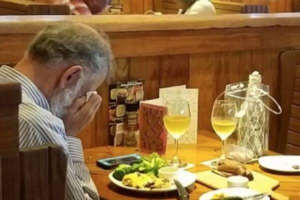 San Valentín, hombre llorando cenizas esposa