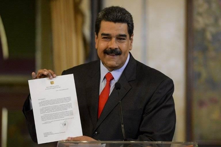 Nicolás Maduro mostrando una carta