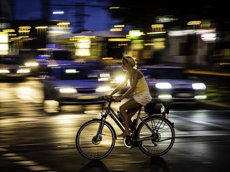 womanonbikeinfrontofcars.jpg