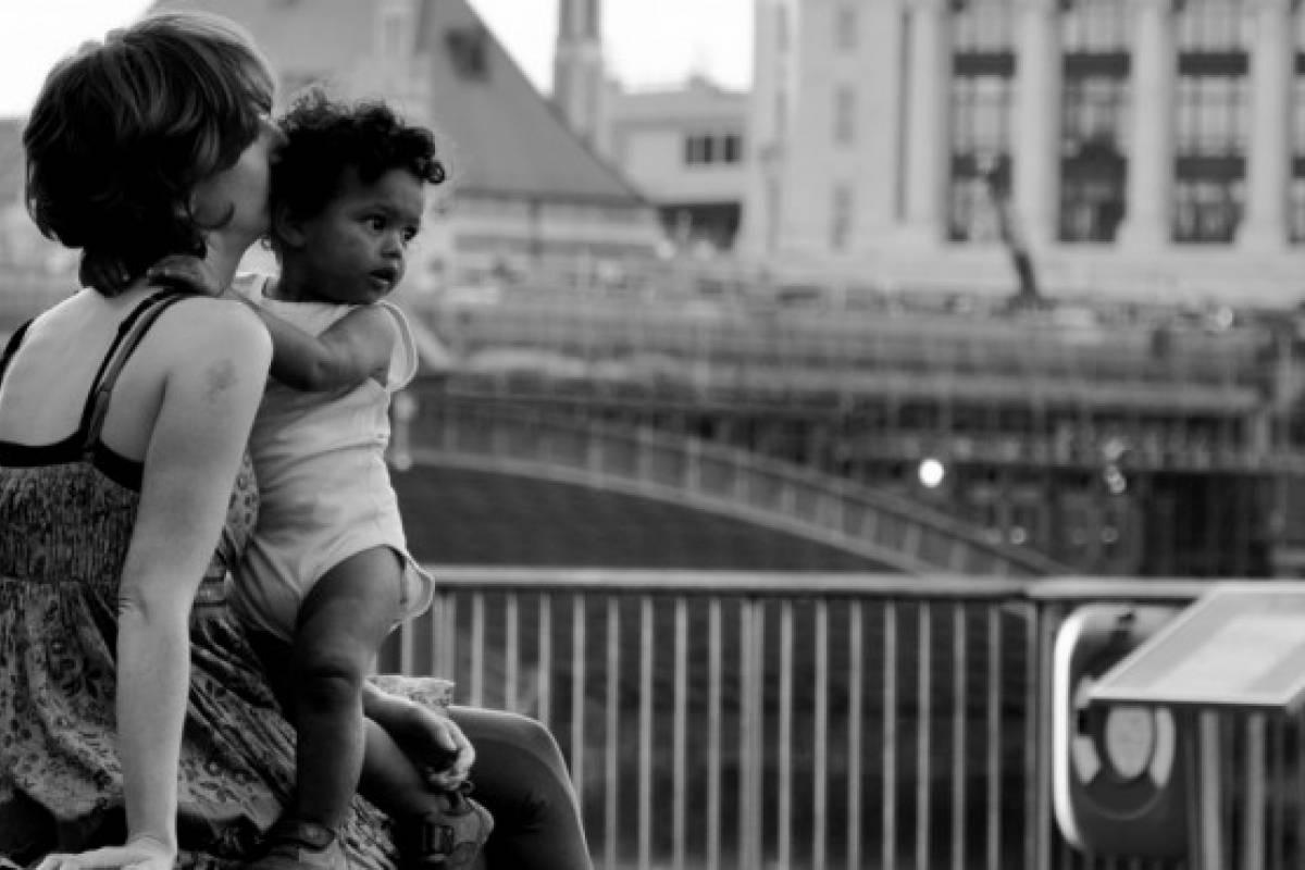 Mujeres solas criando hijos