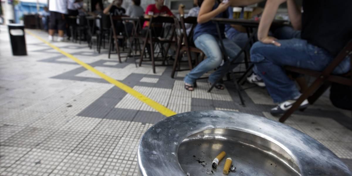 Agora, bares e restaurantes de SP terão que ter bituqueiras para fumantes