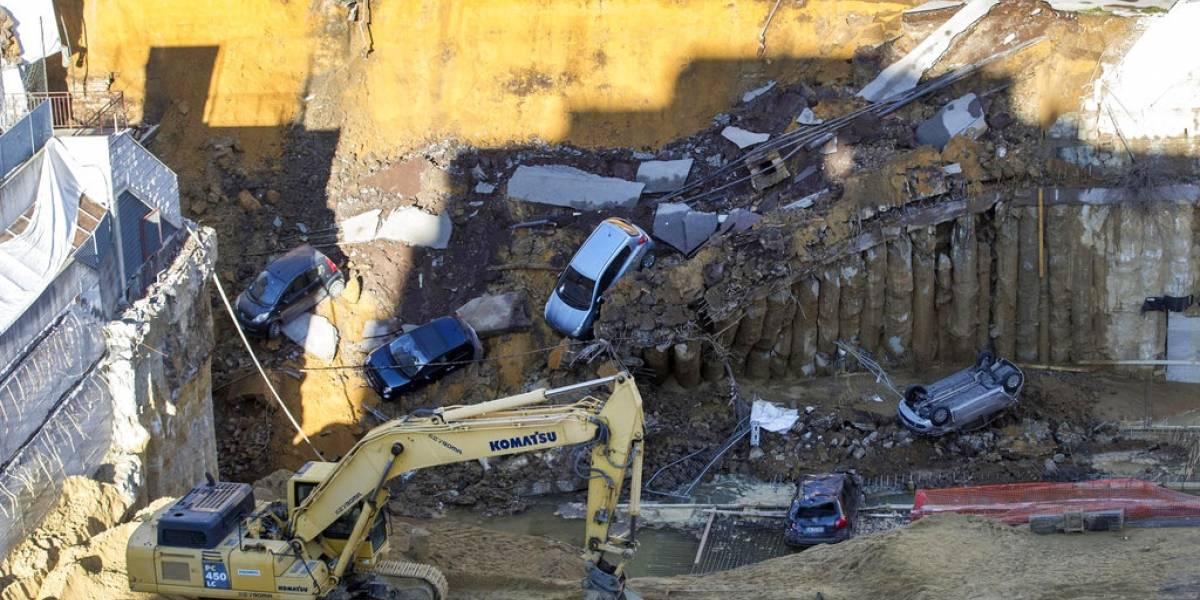 Socavón gigante se traga a al menos seis autos en Italia