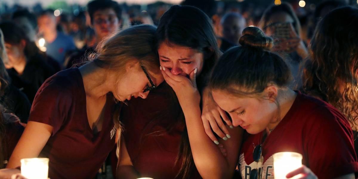 Miles asisten a vigilia por las víctimas de tiroteo en Florida