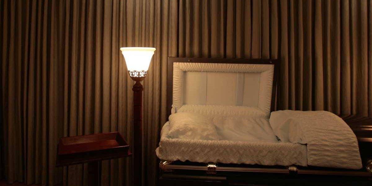 Repudiable: Empleada de funeraria muestra un cadáver en un video