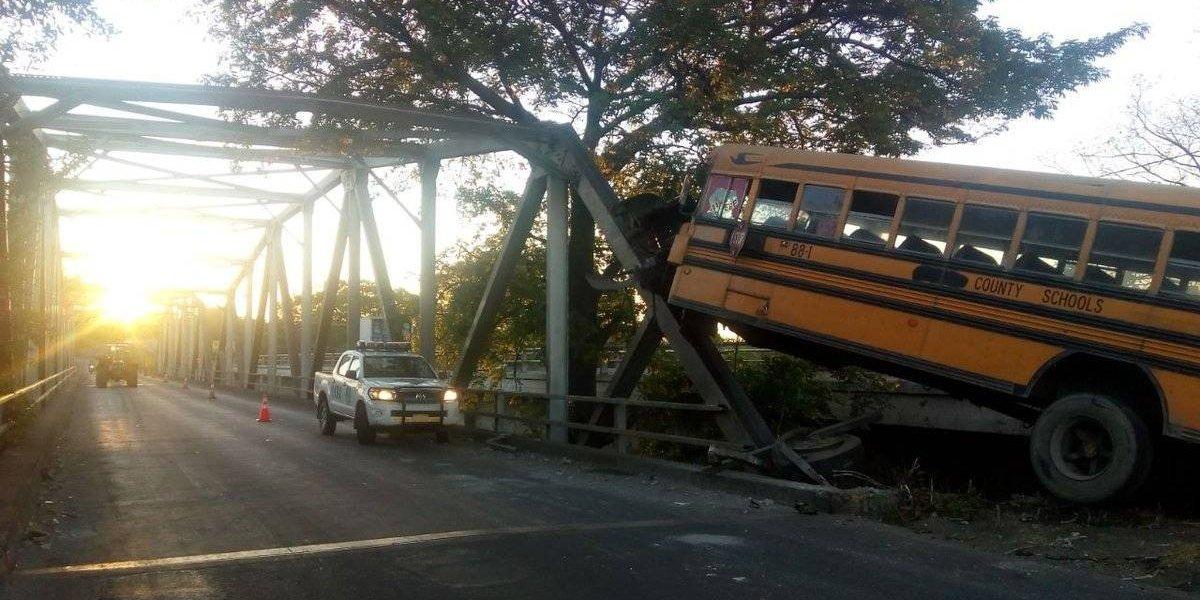 Bus choca en contra de un puente en la ruta al Pacífico