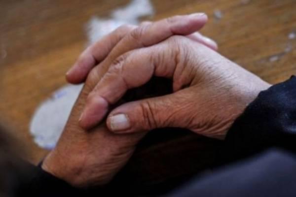 Dejan libre a anciana que asesinó a su hijo con pastillas