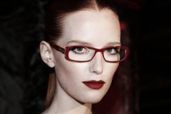 818f77d038 Que las gafas no sean un impedimento para que te veas sensacional:  conviértelas en tus aliadas con ayuda de estos tips de maquillaje.