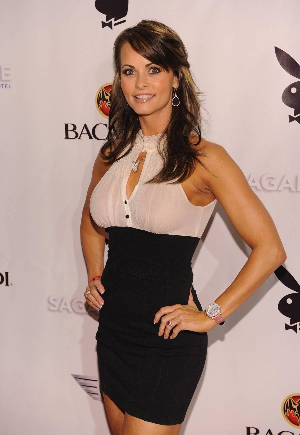 Karen McDougal asiste a la fiesta de Super Saturday Night de Playboy en el Hotel Sagamore el 6 de febrero de 2010 en Miami Beach, Florida.
