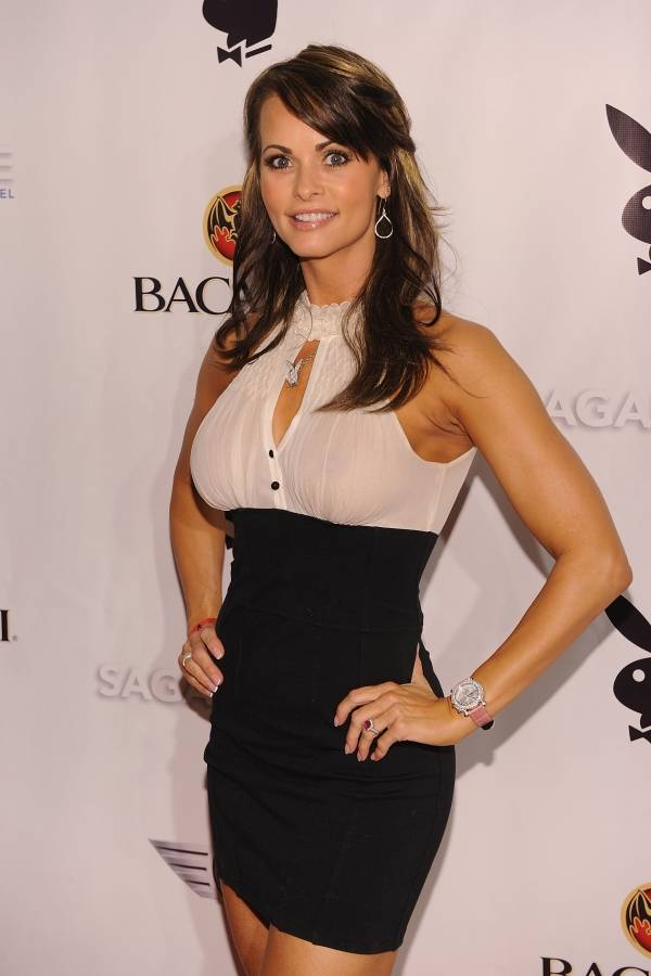 Karen McDougal asiste a la fiesta de Super Saturday Night de Playboy en el Hotel Sagamore el 6 de febrero de 2010 en Miami Beach, Florida.